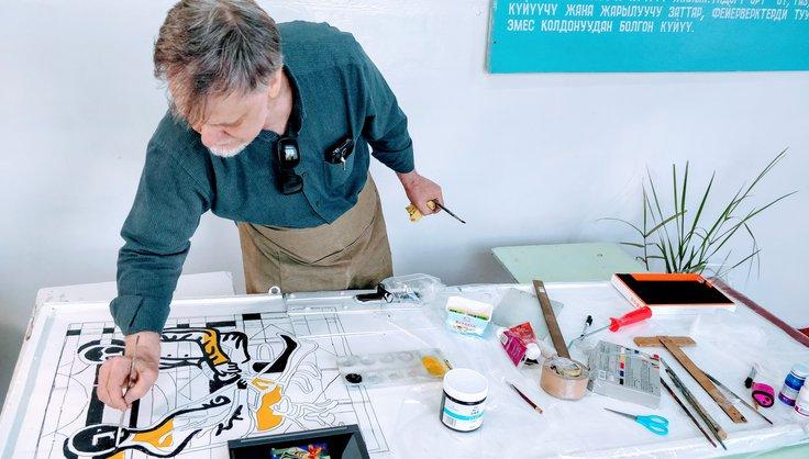 В школе им. Кудряшова художники разрисовали двери, стены и витражи в рамках акции «Двери в мир знаний»