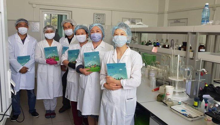 """/ Публикации по пищевой безопасности были переданы микробиологам и лаборантам производства национальных напитков """"Шоро"""""""