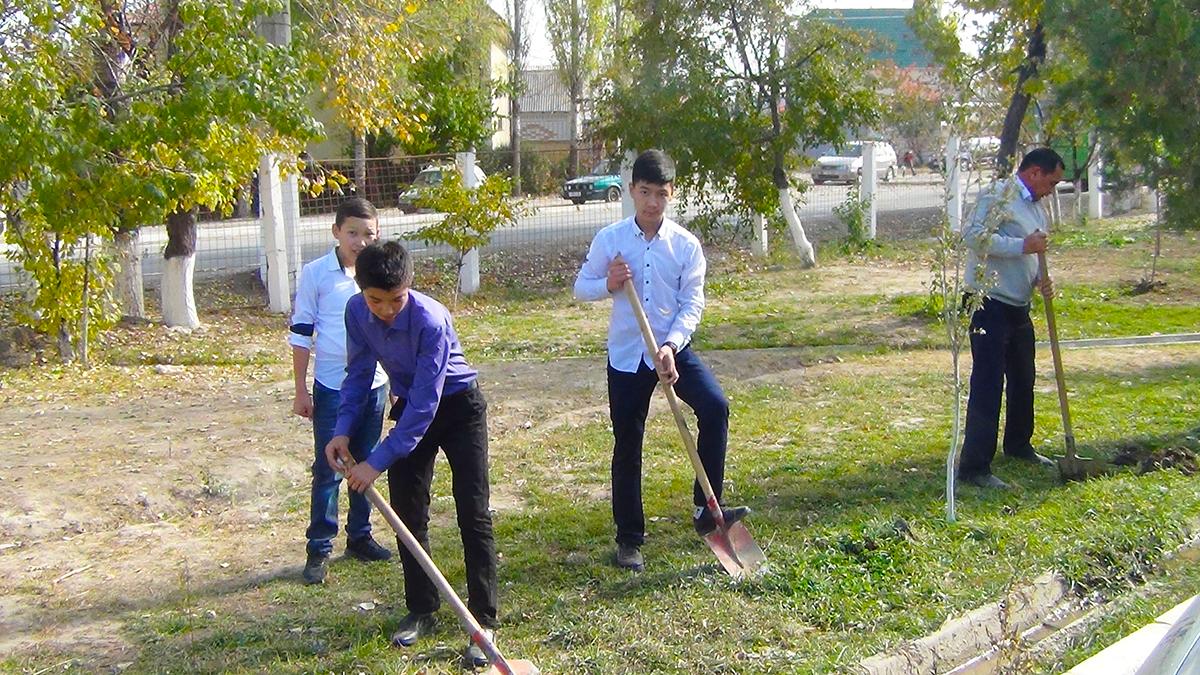 Ученики старших классов средней школы №77 проводят работы по озеленению пришкольной территории
